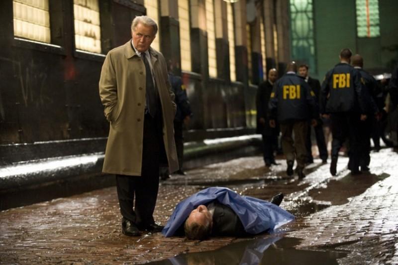 Martin Sheen sulla scena di un crimine in un'immagine del thriller The Double