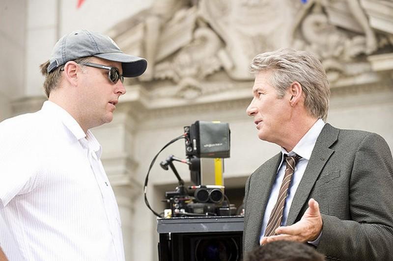 Richard Gere insieme al regista Michael Brandt sul set del film The Double