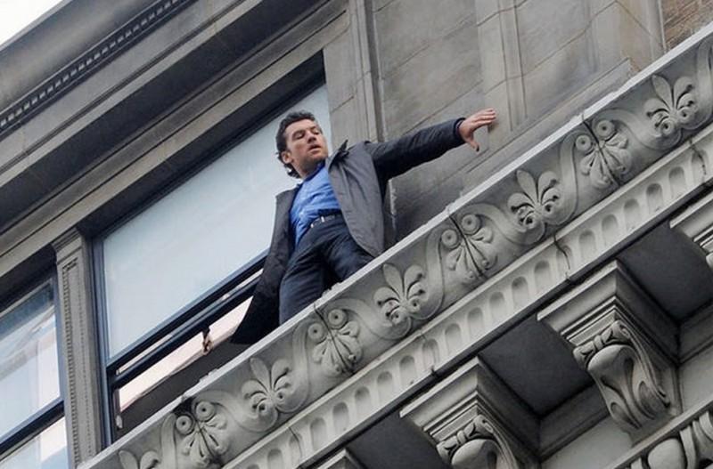 Sam Worthington in equilibrio precario sul cornicione in una scena di 40 carati
