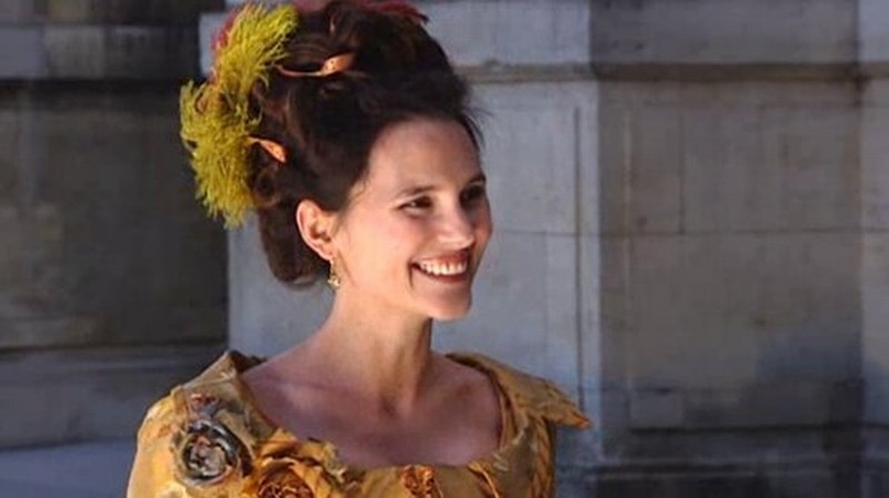 Virginie Ledoyen sorride in una scena del film Farewell, My Queen