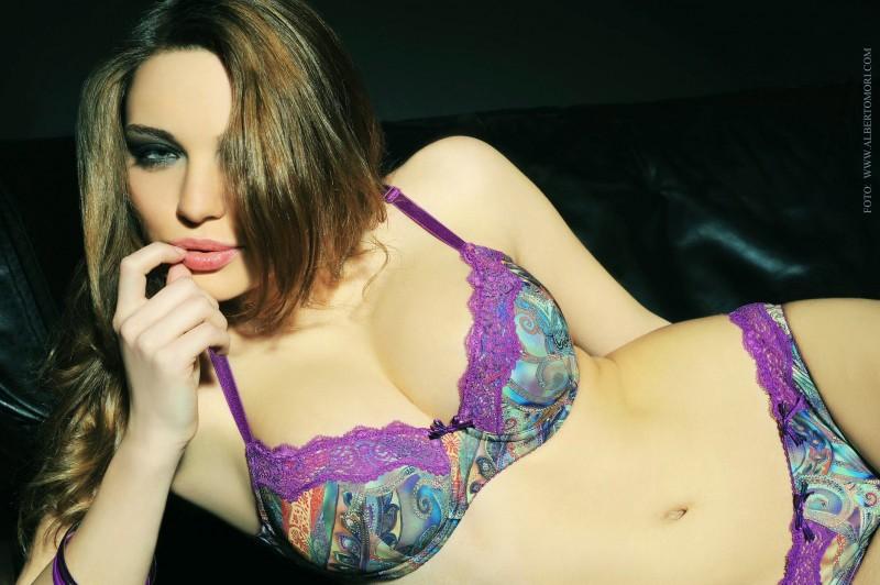 Caterina Mazzucco posa per una campagna di biancheria intima.