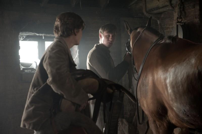 David Kross nella stalla in una scena del film War Horse