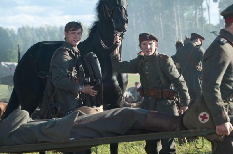 David Kross in una scena tratta dal film War Horse insieme a Leonhard Carow