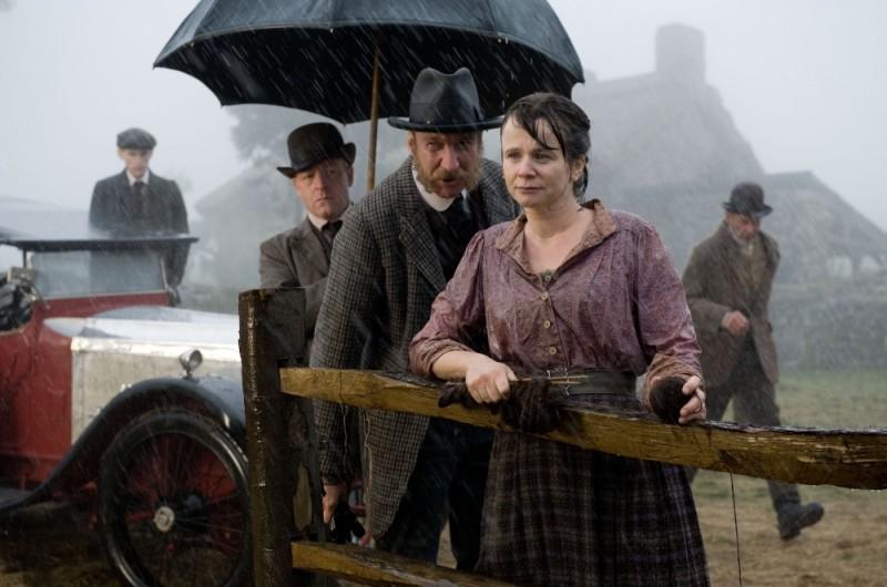 Emily Watson in una scena di War Horse insieme a David Thewlis