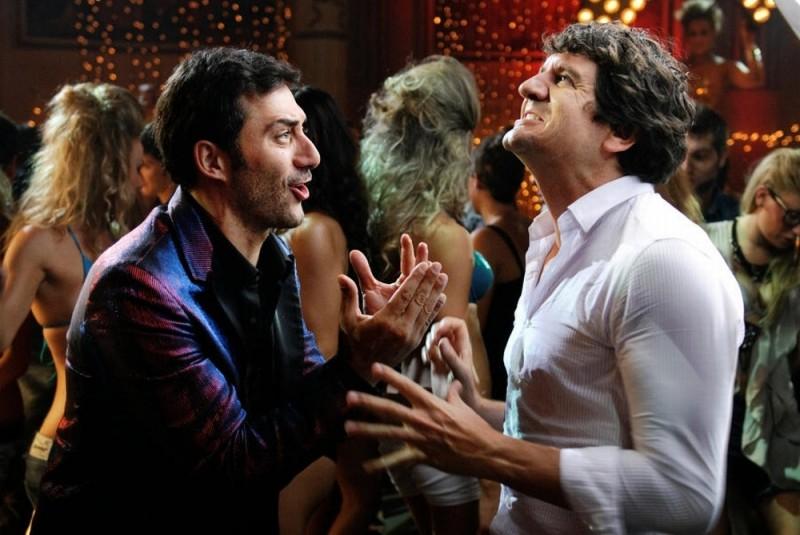 Fabio De Luigi in discoteca insieme a Filippo Timi in una scena di Com'è bello far l'amore