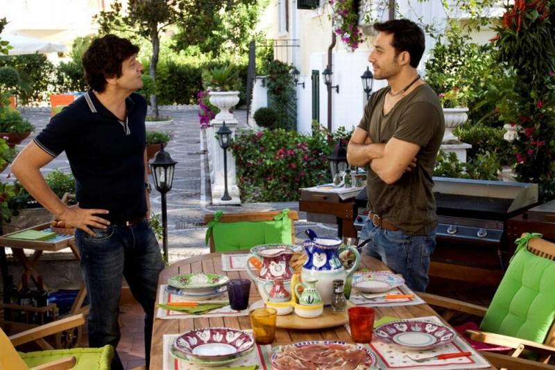Fabio De Luigi insieme a Filippo Timi in una scena di Com'è bello far l'amore