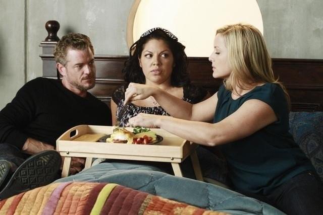 Grey's Anatomy: Jessica Capshaw, Eric Dane e Sara Ramirez in una scena dell'episodio Poker Face