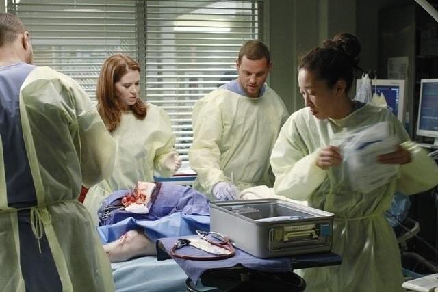 Grey's Anatomy: Justin Chambers, Sarah Drew e Sandra Oh in una scena dell'episodio Free Falling