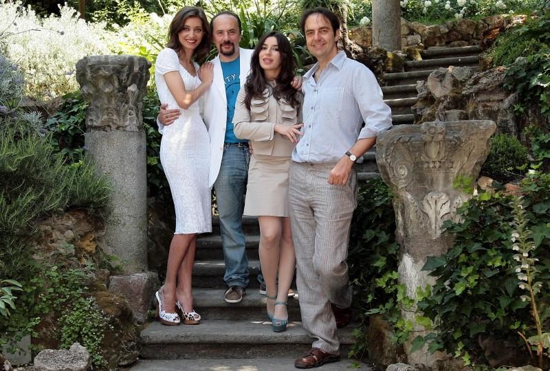 Maurizio Casagrande, Sabrina Impacciatore, Margareth Madè e Neri Marcoré sorridono in una foto promozionale di Una donna per la vita