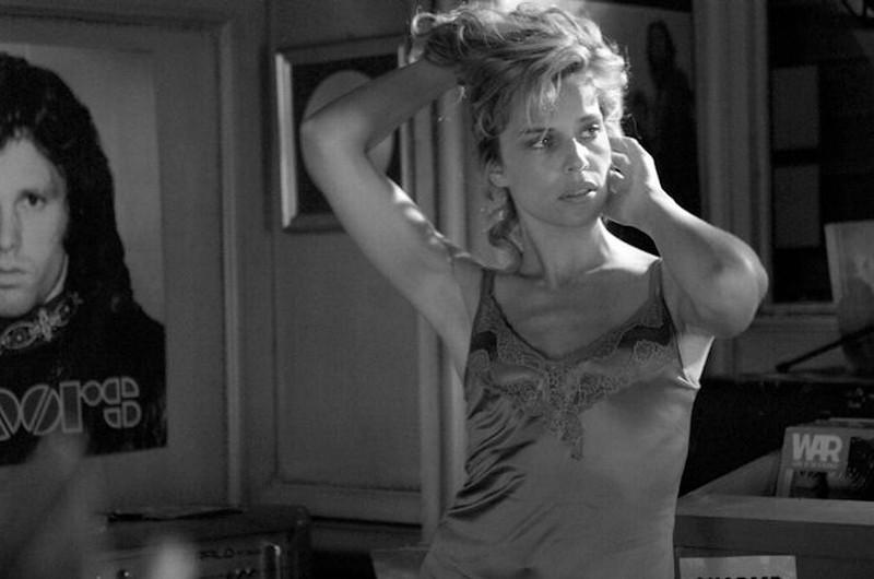 Micaela Ramazzotti balla sulla musica dei The Doors mentre prova una scena del film Posti in piedi in Paradiso