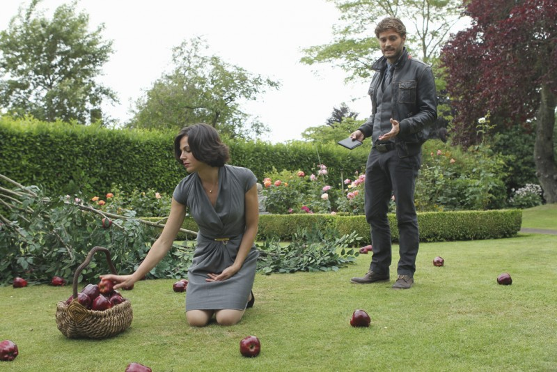 Once Upon a Time: Lana Parrilla e Jamie Dornan nell'episodio The Thing You Love Most