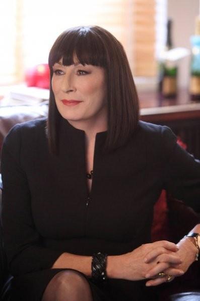 Smash: Anjelica Huston nel pilot della serie NBC