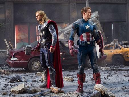 Chris Hemsworth e Chris Evans spalla contro spalla in The Avengers