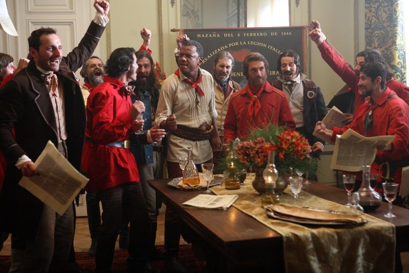 Giorgio Pasotti esorta le camicie rosse in una scena della miniserie di Rai Uno, Anita