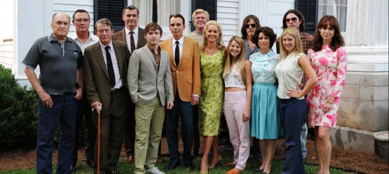Il cast al completo del film Jayne Mansfield's Car posa per una foto promozionale del film