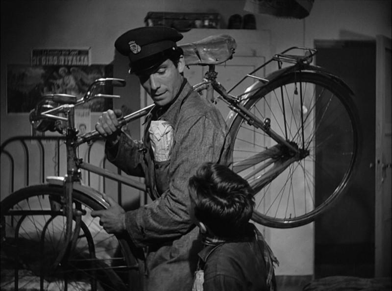 Ladri di biciclette: Lamberto Maggiorani e Enzo Staiola in una scena del film