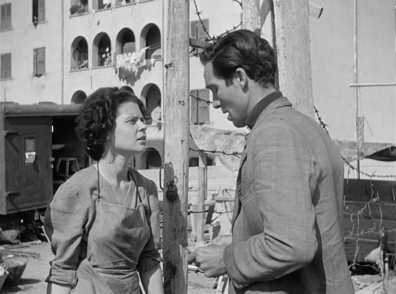 Ladri di biciclette: Lamberto Maggiorani e Lianella Carell in una scena del film