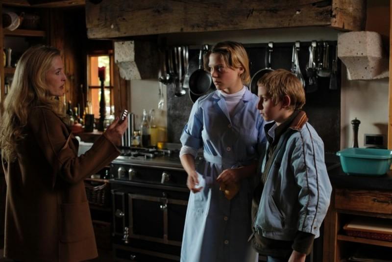 Léa Seydoux e Gillian Anderson in una scena de L'enfant d'en haut insieme a Kacey Mottet Klein