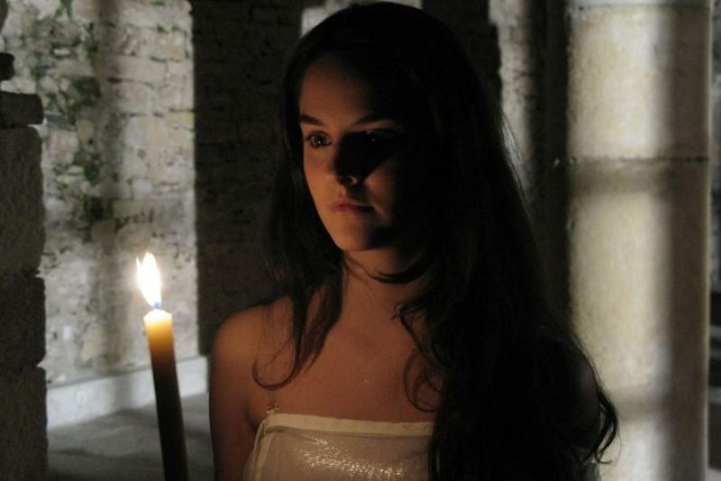 Noémie Merlant è la protagonista di L'orpheline avec en plus un bras en moins