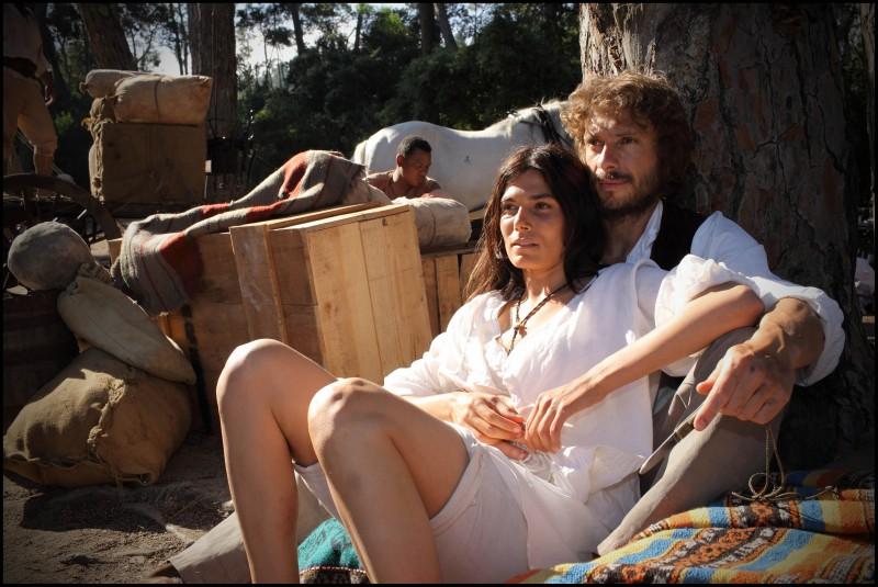 Valeria Solarino e Giorgio Pasotti in una scena sentimentale della miniserie di Rai Uno, Anita