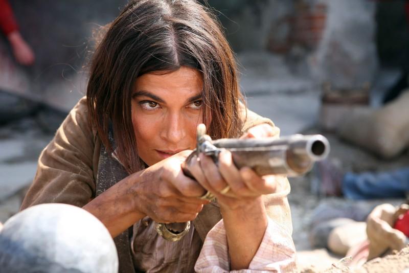 Valeria Solarino fucile in spalla in una scena della miniserie di Rai Uno, Anita