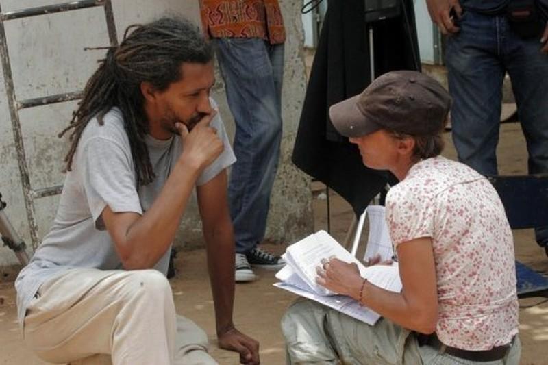 Alain Gomis sul set del suo film Aujourd'hui discute di una scena con una sua assistente