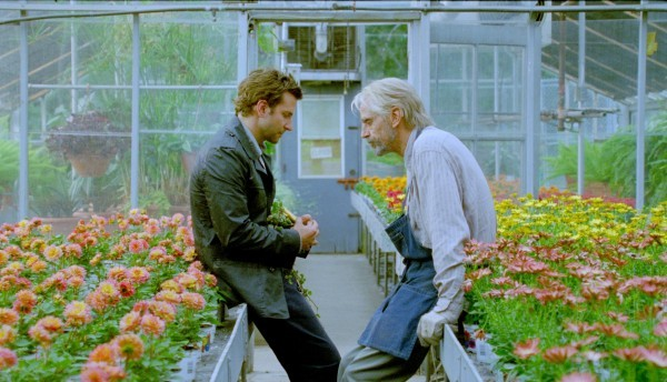 Bradley Cooper e Jeremy Irons discutono in una serra in The Words