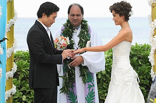 Hawaii Five-0: Daniel Dae Kim e Reiko Aylesworth in una scena dell'episodio Alaheo Pau'ole