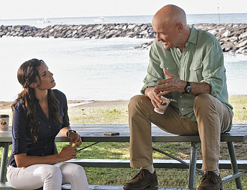 Hawaii Five-0: Terry O'Quinn e Daniela Ruah in una scena dell'episodio Ka Hakaka Maikai