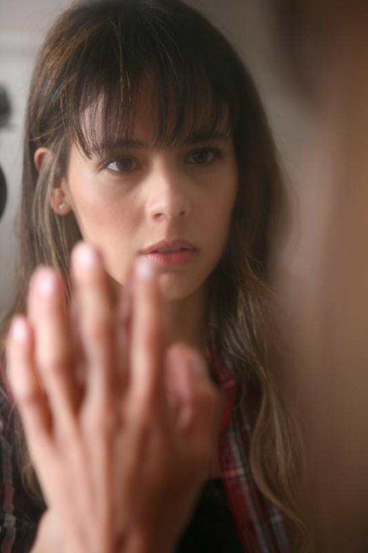 La verità nascosta: la protagonista Martina Garcìa in una scena del film davanti allo specchio