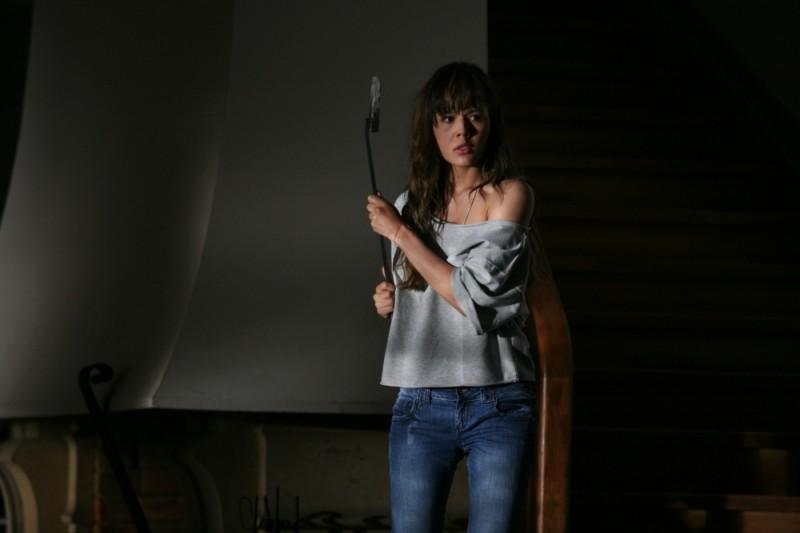 La verità nascosta: Martina Garcìa impaurita si difende con un arnese da caminetto in una scena del film
