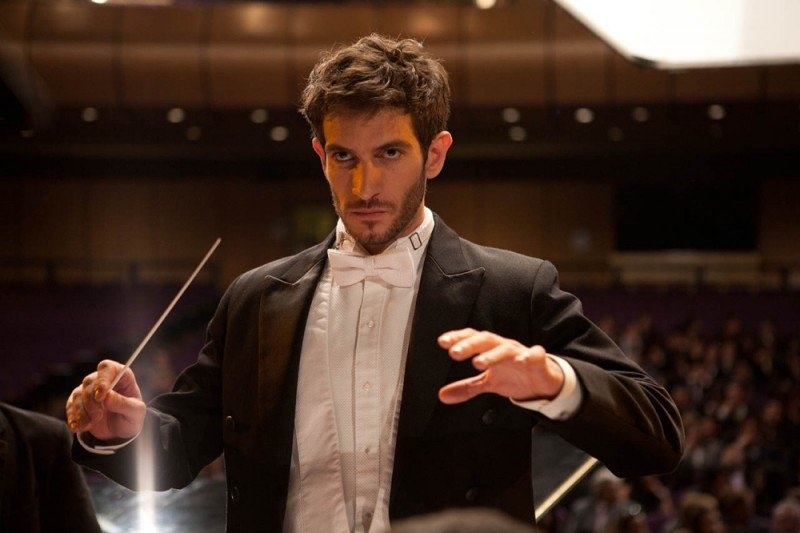 La verità nascosta: Quim Gutiérrez è Adrián, giovane direttore d'orchestra alle prese con la misteriosa scomparsa della sua ragazza