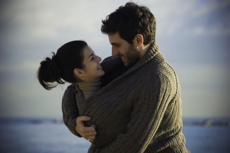 La verità nascosta: Quim Gutiérrez e Clara Lago si abbracciano sorridenti in una scena del film