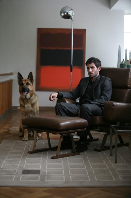 La verità nascosta: Quim Gutiérrez in una foto promozionale con il suo pastore tedesco