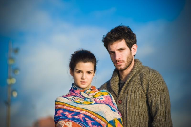 La verità nascosta: Quim Gutiérrez insieme a Clara Lago in una foto promozionale
