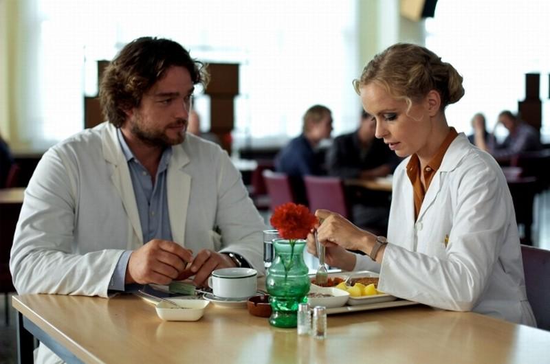 Barbara: Nina Hoss in una scena del film insieme a Ronald Zehrfeld