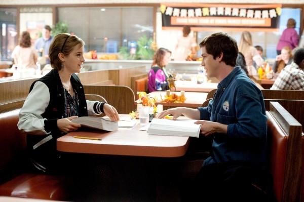 Emma Watson e Logan Lerman al pub in una scena di The Perks of Being a Wallflower