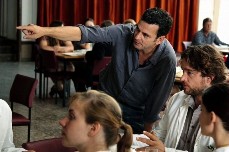 Barbara: il regista Christian Petzold sul set del film insieme Ronald Zehrfeld
