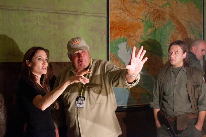 In the Land of Blood and Honey: Angelina Jolie sul set del film insieme al direttore della fotografia Dean Semler