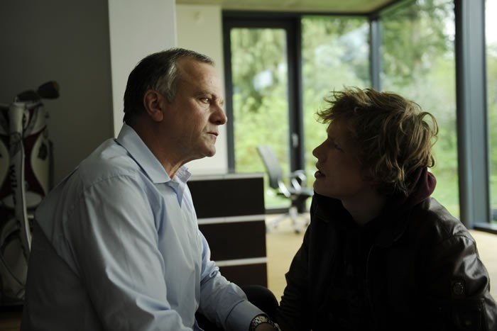Jacob Matschenz con Bernhard Schütz nel film Das System