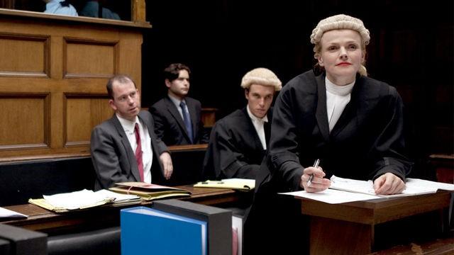 Maxine Peake regina del tribunale in una scena di Silk, serie televisiva britannica