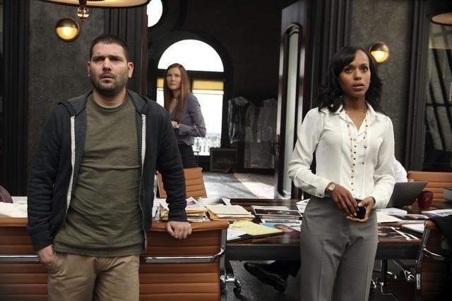Scandal: Guillermo Diaz e Kerry Washington in una scena del pilot