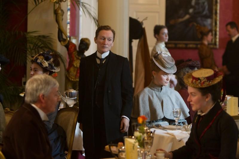 Albert Nobbs: Glenn Close in una scena del film con Mia Wasikowska