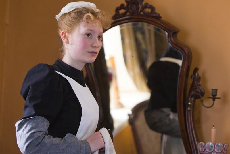 Albert Nobbs: Mia Wasikowska nei panni della cameriera Helen in una scena del film