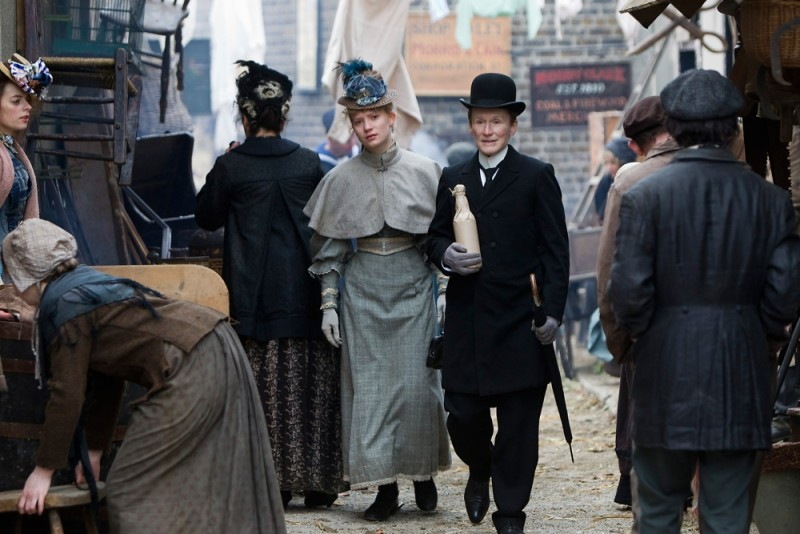 Glenn Close in una scena di Albert Nobbs passeggia con Mia Wasikowska