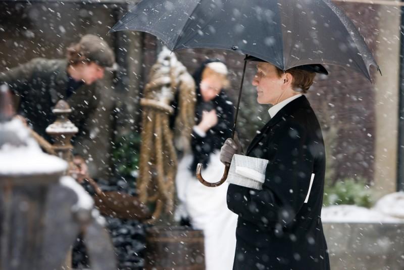 Glenn Close nei panni del maggiordomo Albert passeggia sotto la neve in una scena di Albert Nobbs
