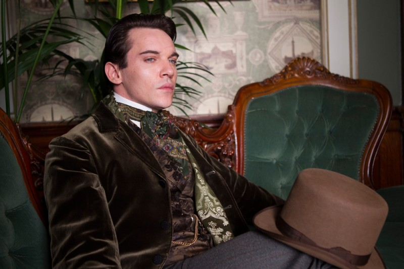 Jonathan Rhys Meyers è il visconte Yarrell in una scena di Albert Nobbs