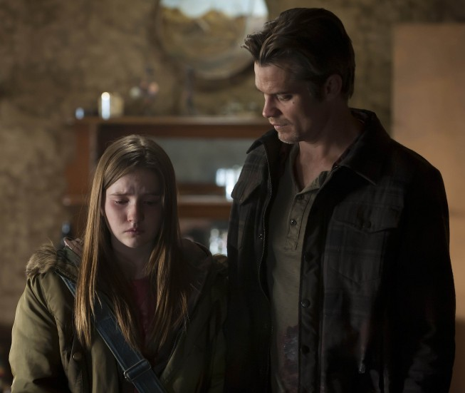 Justified: Kaitlyn Dever e Timothy Olyphant nell'episodio Bloody Harlan