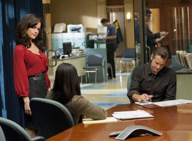 Justified: Timothy Olyphant e Carla Gugino in una scena dell'episodio Cut Ties