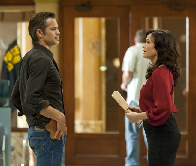 Justified: Timothy Olyphant e Carla Gugino nell'episodio Cut Ties